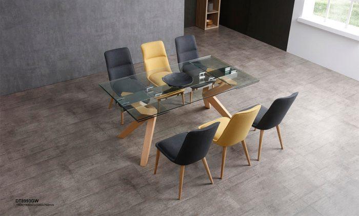 שולחן זכוכית עם רגליים מעץ מלא מעוצבות
